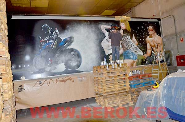 Artista de graffiti pintando camión