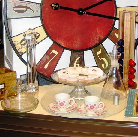 Tartera cristal. Tazas café florecitas. Objetos mesa y cocina