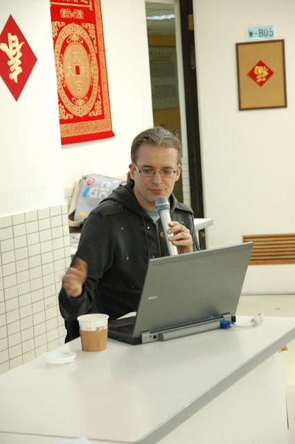 Wikimedia Foundation 負責 movement communications activities 的 Tilman Bayer 來到活動現場演講,題目是「關於維基百科可信度的學術性研究」