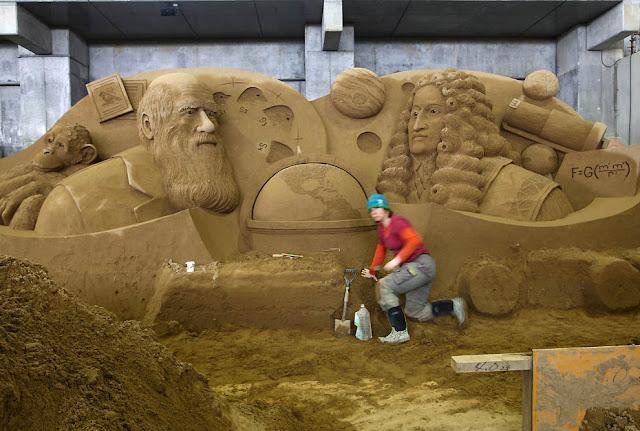 Esculturas de genios con arena