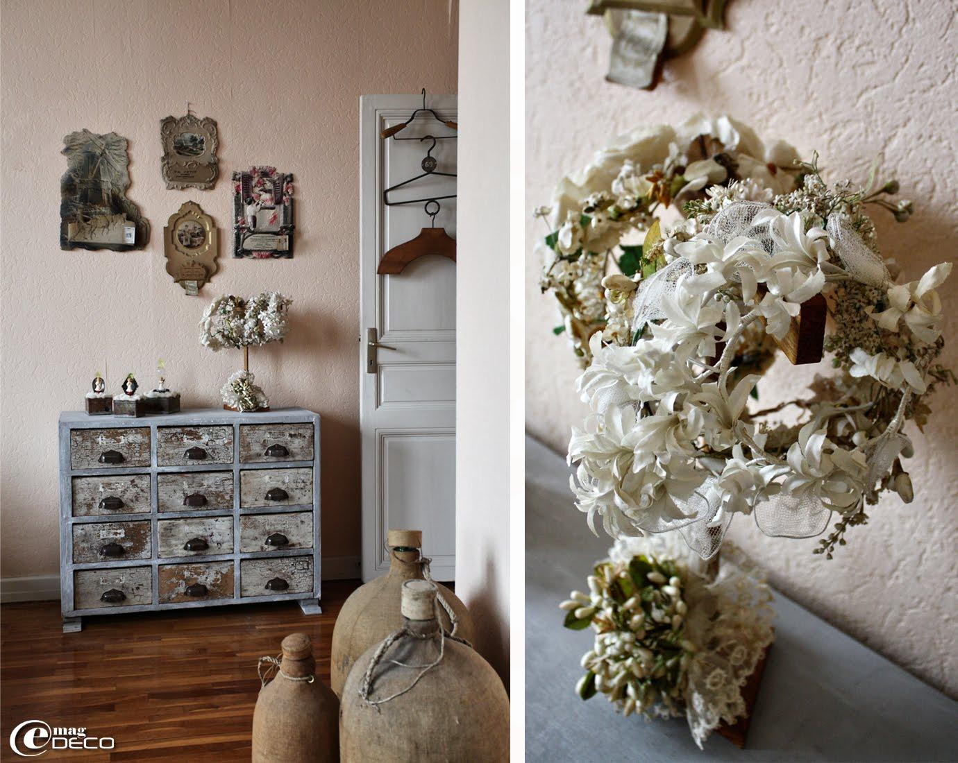 Un vieux meuble de métier à tiroirs présente des anges en celluloïd et des couronnes de mariées ou communiantes