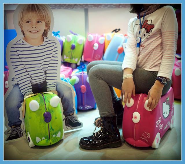 Carmen probando las maletas Trunki en la feria de Bebés y Mamás