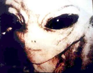 extraterrestre oriental en playa de ecuador