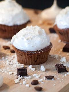 Muffins au chocolat et leurs miettes de meringue crémeuses, recette de meringue, meringue française, recette de meringue, recette de meringues, recette de muffins, meringues faciles