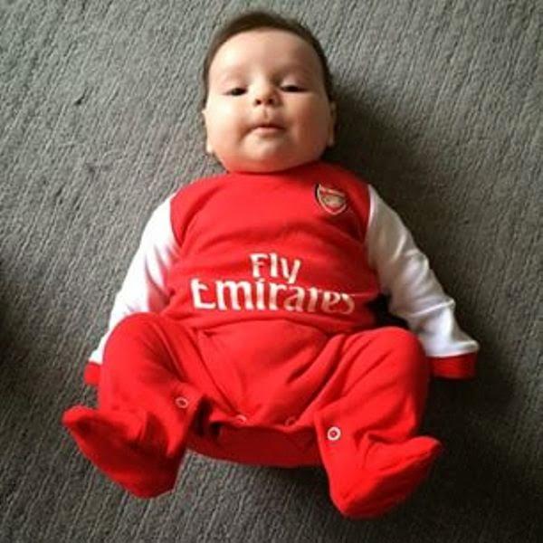 Foto bayi lucu banget pakai baju tim sepak bola arsenal