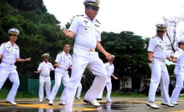 GAMBAR rakaman video yang tidak bertarikh menunjukkan beberapa anggota tentera laut menari tarian kuda di Pulau Phuket.