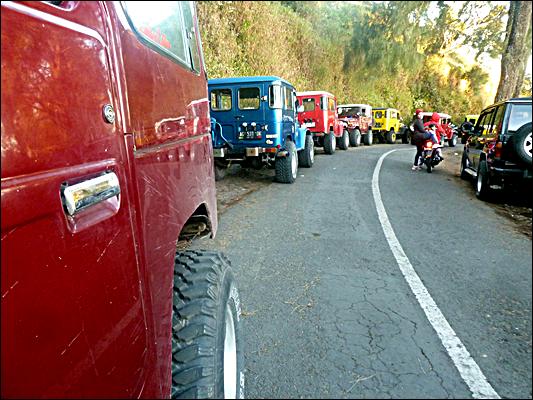 Jurnal Paket Wisata Bromo - Suasana Parkir di Penanjakan