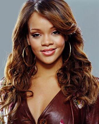 Rihanna koyu kahve saçlarına karamle balyaj attırmıştır.