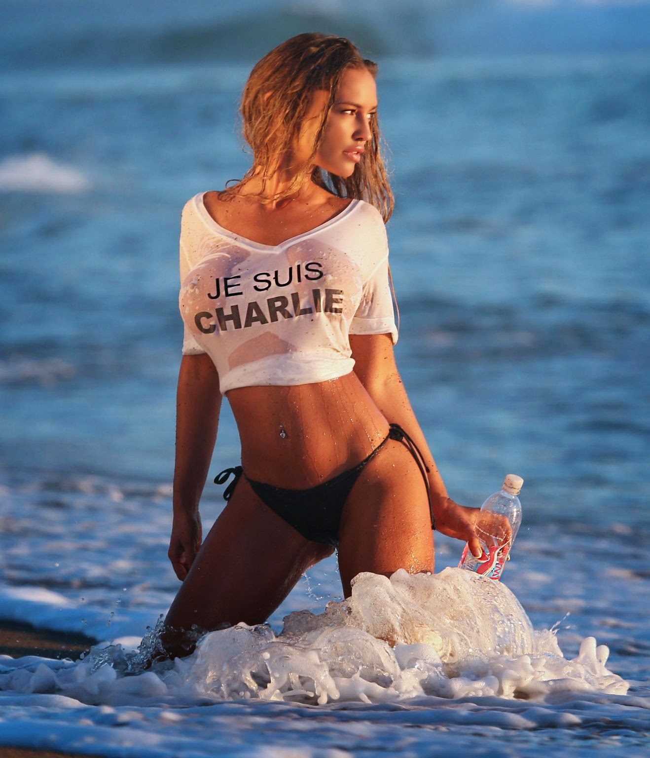 عارضة الأزياء تشارلي رينا في صور شبه عارية في ماليبو