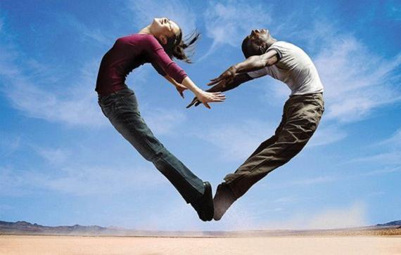 Coração, homem e mulher, salto humano em forma de coração