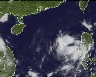 96W (pot. KHANUN | ENTENG) bei den Philippinen meldet sich wieder zu Wort, Khanun, Enteng, Philippinen, aktuell, Satellitenbild Satellitenbilder, Vietnam, Hongkong, Taifunsaison 2012, Taifunsaison, Juli, 2012,