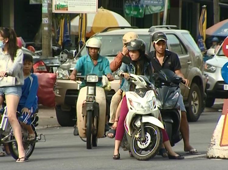 TP. Pleiku: Nhiều người dân không lắp gương chiếu hậu đối với xe máy khi tham gia giao thông