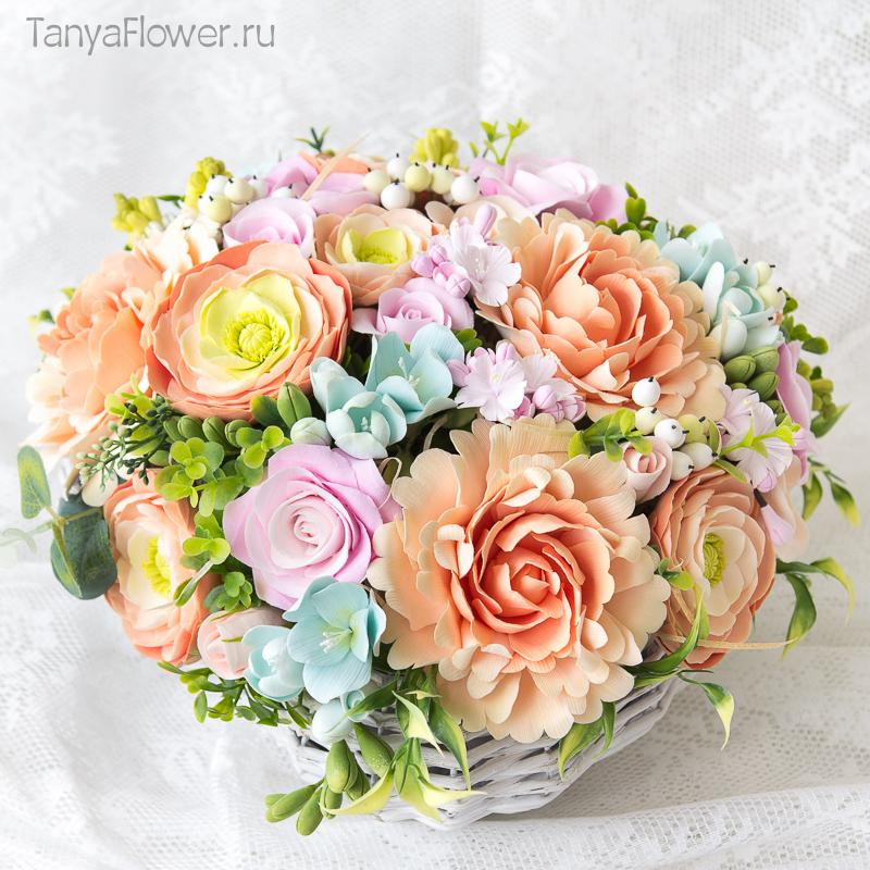 большой букет цветов в плетеной корзине