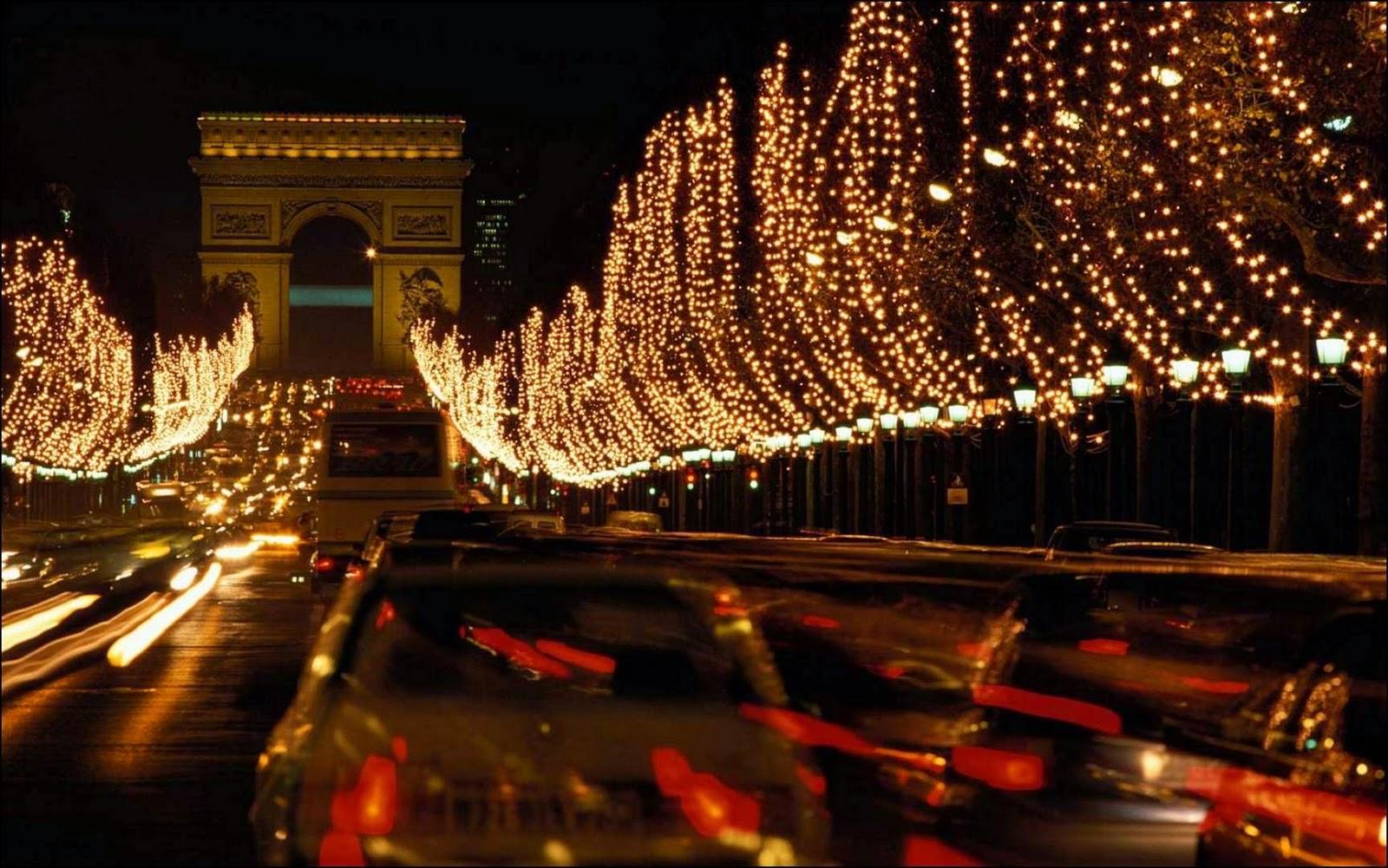 Calle decorada con luces navideñas