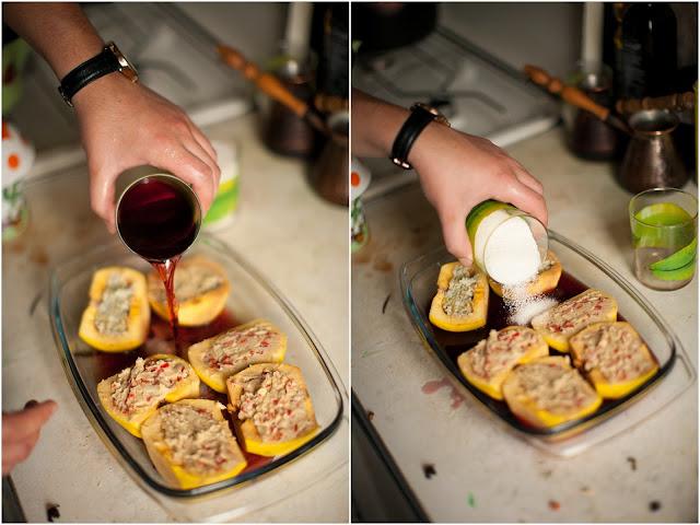 кладем айву в форму, добавляем вино и сахар