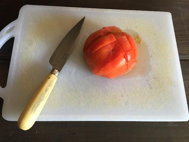 Fajita mexicana de pollo, cortando el tomate.