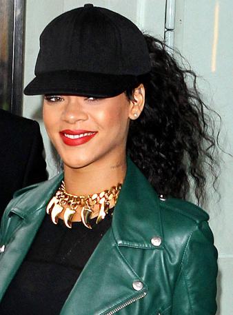 Rihanna Beyzbol Şapkasının Arkasından Kıvırcık Uzun Siyah Saçlarını At Kuyruğu Şeklinde Çıkarmıştır