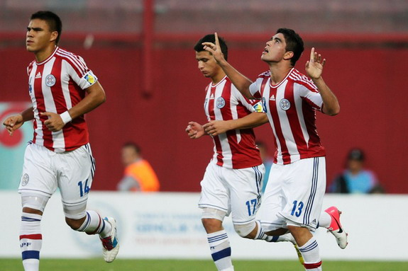Brian Montenegro celebrates with Paraguay U-20 teammates after scoring against Greece U-20