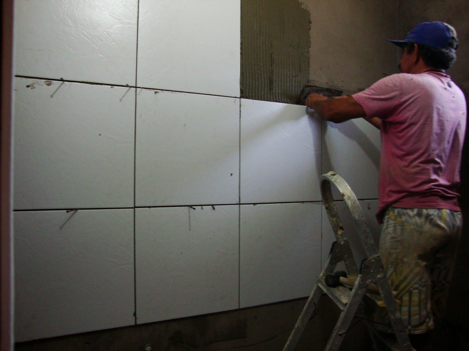 um espaço de um dedo entra a forra da porta e as cerâmicas #5F3F3F 1600x1200 Altura Da Janela Banheiro