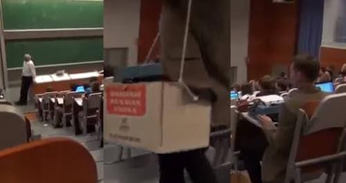Aluno sacaneia professor levando máquina de escrever ao invés de notebook na faculdade