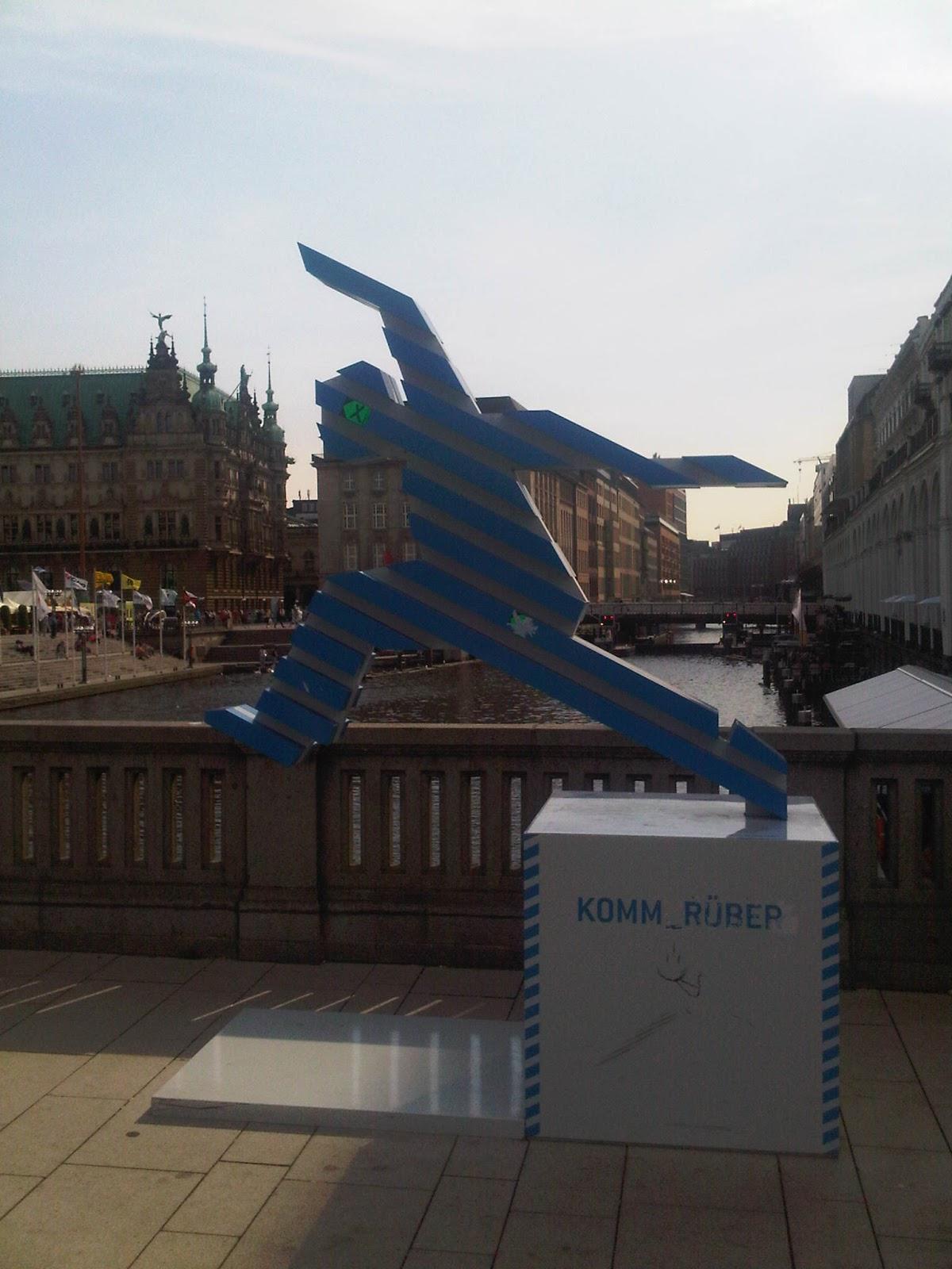 Running Man - Komm rüber Statue auf der Jungfernstieg Brücke über die Alster