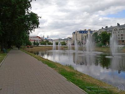 Казанский парк Черное озеро, аллея со скамейками вдоль озера