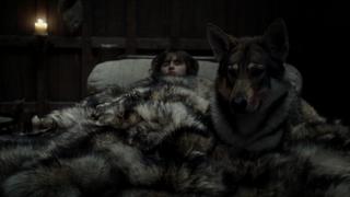 Bran, postrado en la cama, sufre un intento de asesinato