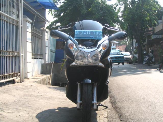 Nampak dari depan Spion Custom Honda PCX 150 yang terpasang di motor. title=