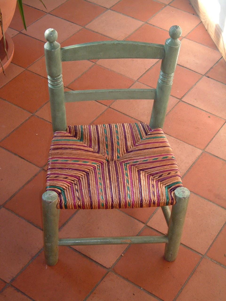 Normandie cannage une petite chaise d 39 enfant avec un rempaillage en couleur - Refaire une chaise en paille ...