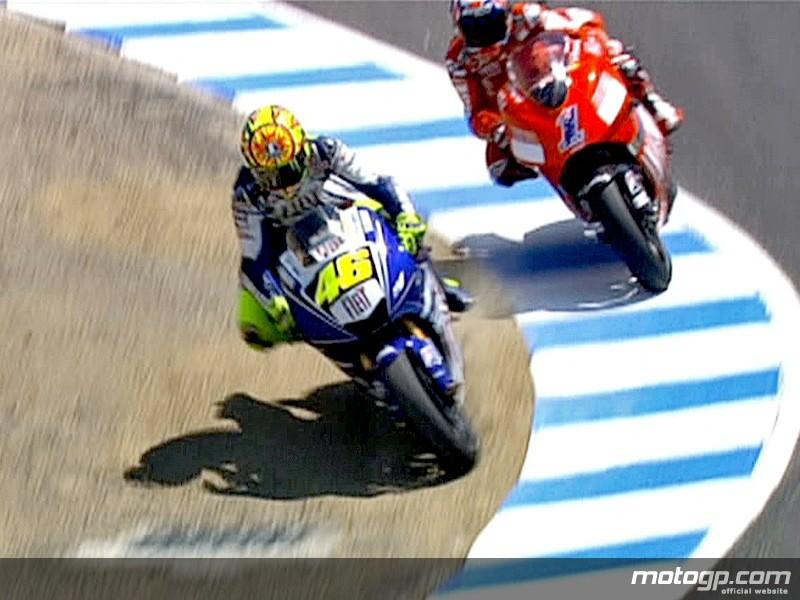 Valentino Rossi y Casey Stoner dejaron imágenes como estas en el sacacorchos de Laguna seca. (Fuente: motogp.com)