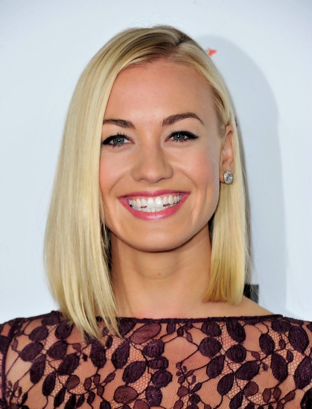 Australian actress Yvonne Strahovski HD Pictures