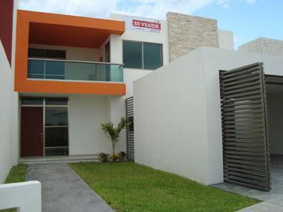 Casa estilo contemporáneo con cochera para un auto techada y jardín