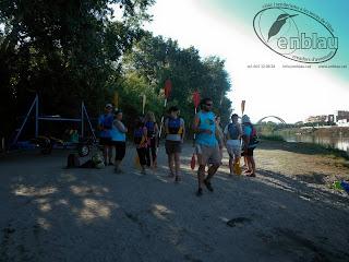 grup de gent aprenent a portar un caiac