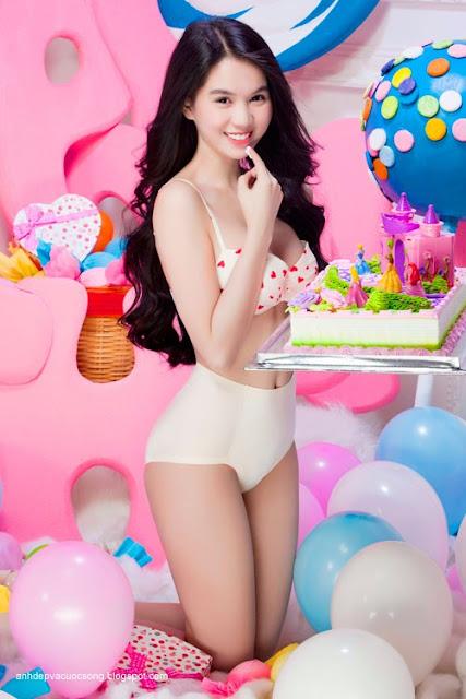 Hình ảnh đẹp nữ hoàng nội y Ngọc Trinh ngot ngào với kẹo ngọt