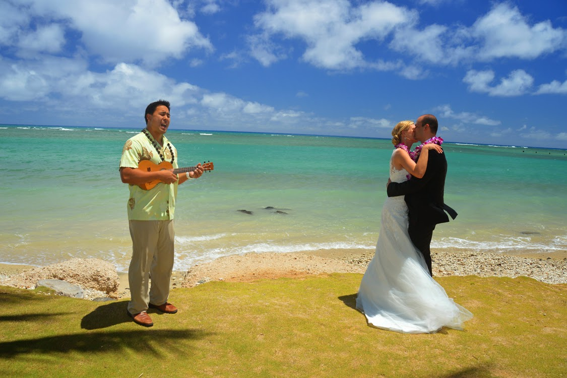 Hawaii Wedding Vendors David Plays Ukulele