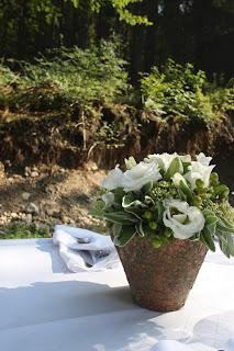 Zauberhaft-sommerliche Blumen-Arrangements in Weiß und Grün mit Limetten