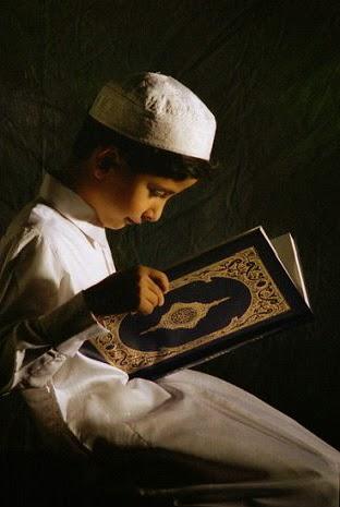 gambar anak muslim sedang membaca alqur'an