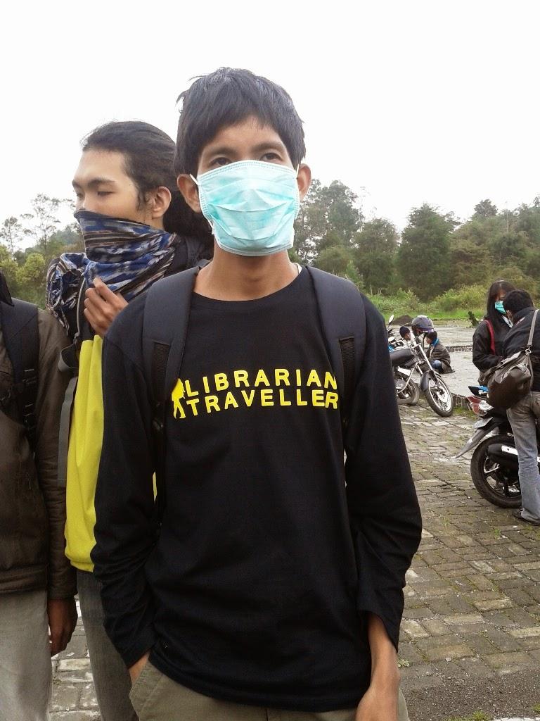 Memakai masker karena bau belerang menyengat di kawah Sikidang, Dieng.