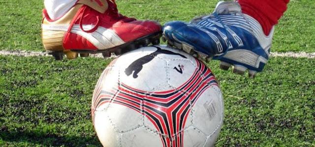 δύο ποδοσφαιριστές με τη μπάλα