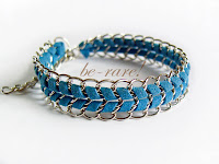 pleciona bransoletka z rzemyka i łańcuszka niebieska
