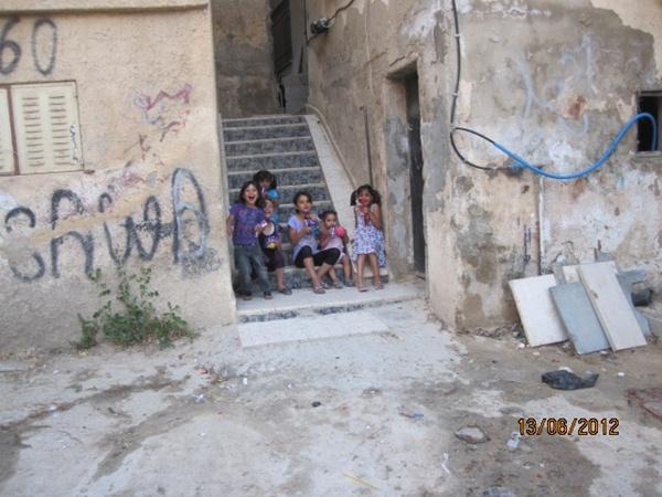 Crianças do acampamento de refugiados palestinos de Jalezon