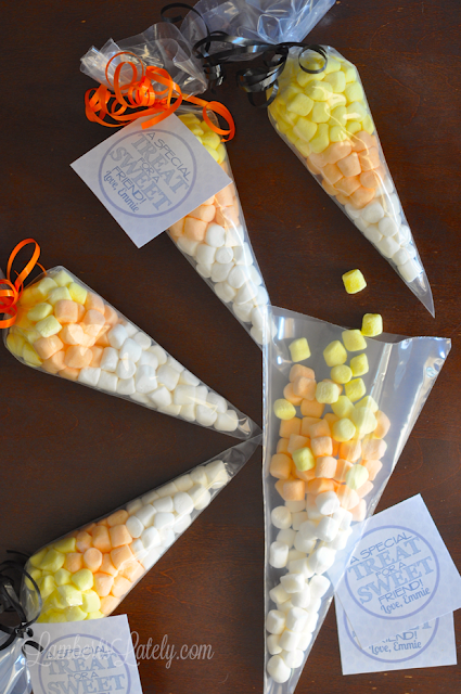 Marshmallow Candy Corn Treat Bags...cute idea for class Halloween treat! Free printable tag included.