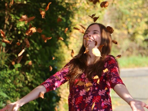 goldiger Herbst und Blätterregen