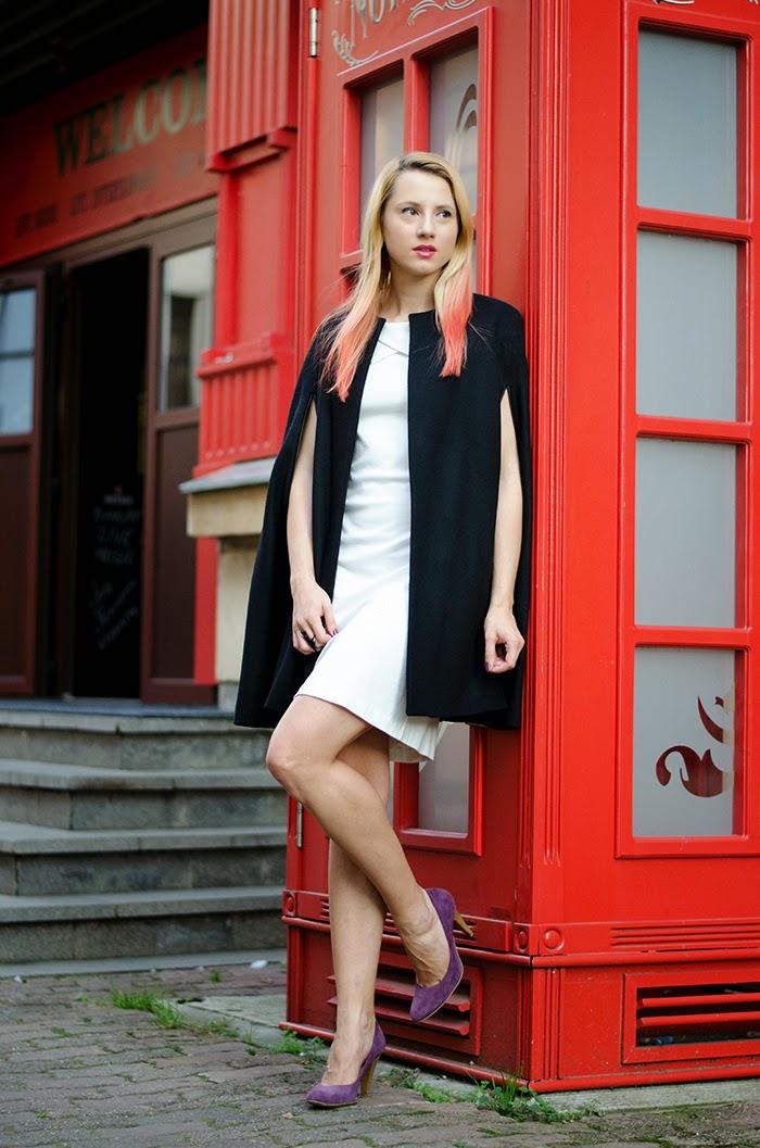 Белое платье с черными туфлями