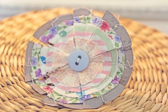 http://www.archieandtherug.com/2012/06/fabric-circle-brooch-diy.html