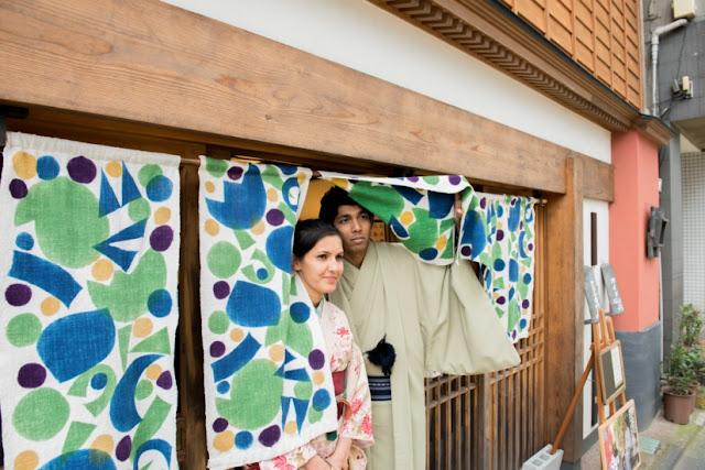 Mengenakan kimono dengan arah yang salah