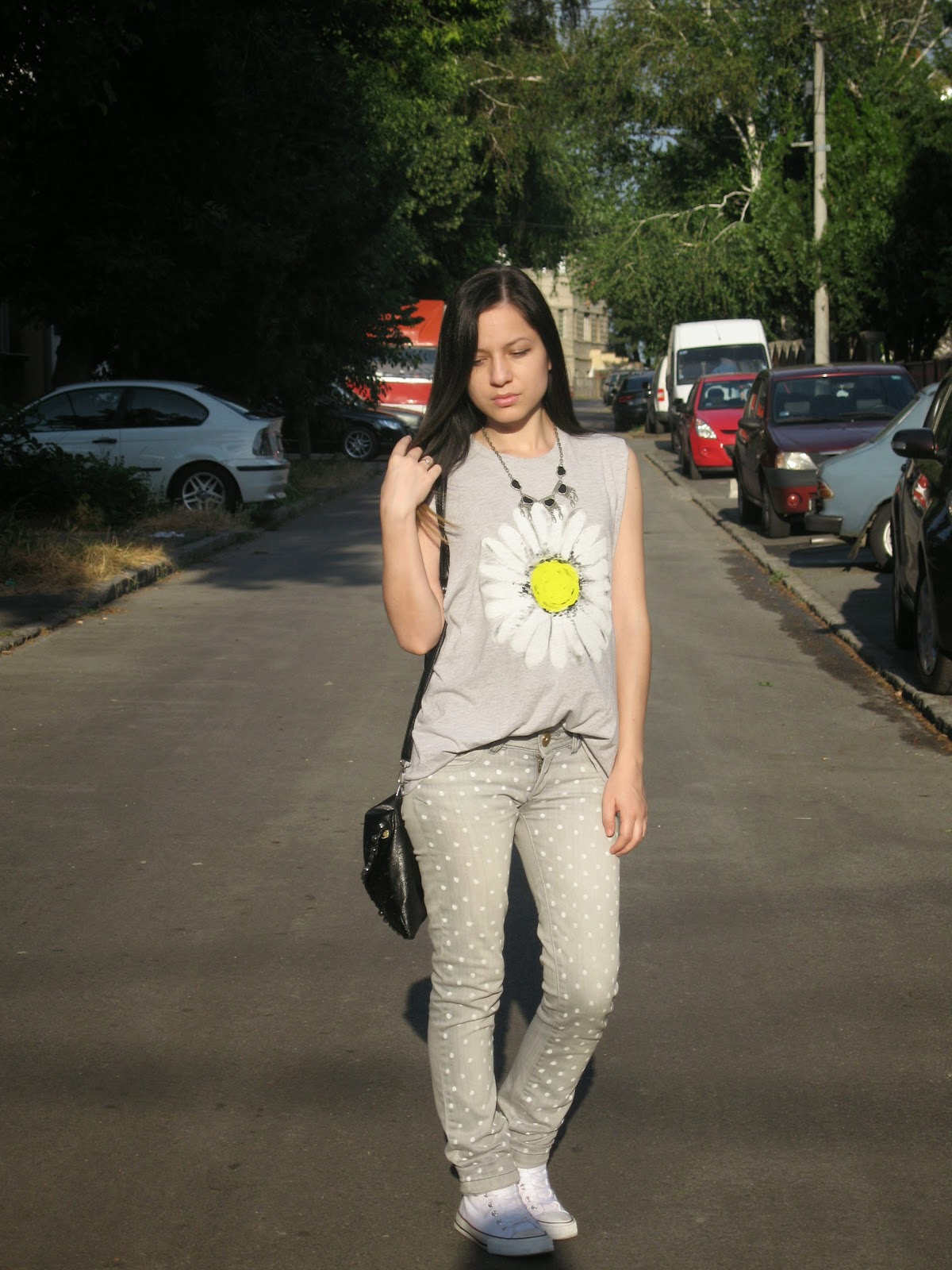 deichmann white sneakers, white converse, grey jeans with polka dots, daisy print top DIY, grey top with white daisy print, black studded clutch, casual look, sporty chic