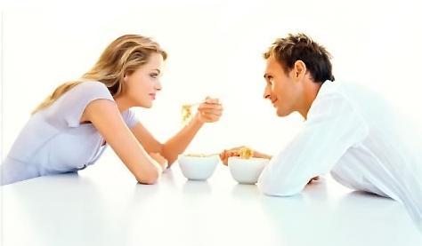 كيف تتعاملين مع طباع زوجك وتصرفاته وعاداته المختلفة عنك - رجل وامرأة يأكلان يتناولان الطعام - man and woman eating food