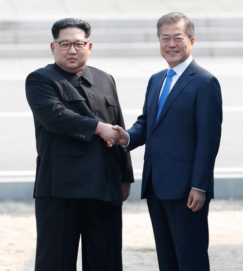 """38度線で """"南北朝鮮"""" (金と文) の握手!"""