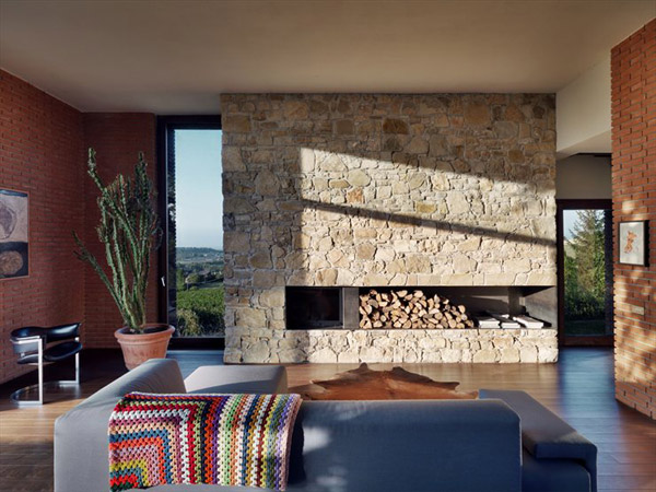 decoracion de interiores rustica moderna:Brick House with Central Fireplace